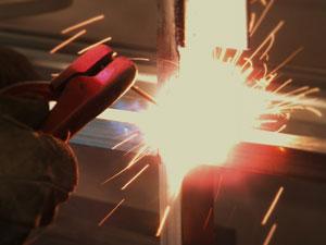 アーク溶接機で鉄板と丸棒を溶接する方法